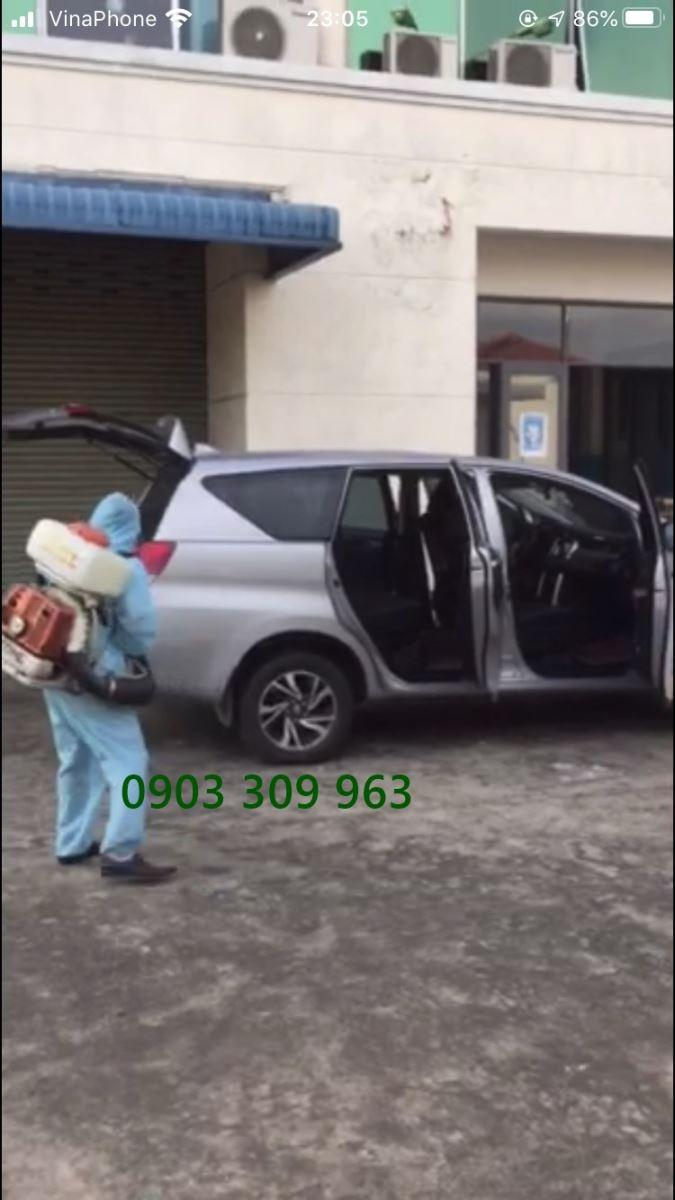 Phun khử trùng hàng hóa ở Tân Bình